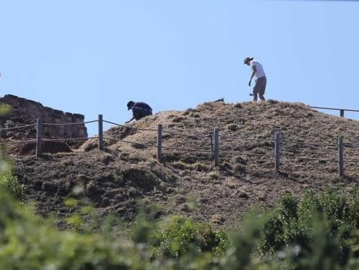 Fernando Mora and Alfonso Martínez cleaning the castle