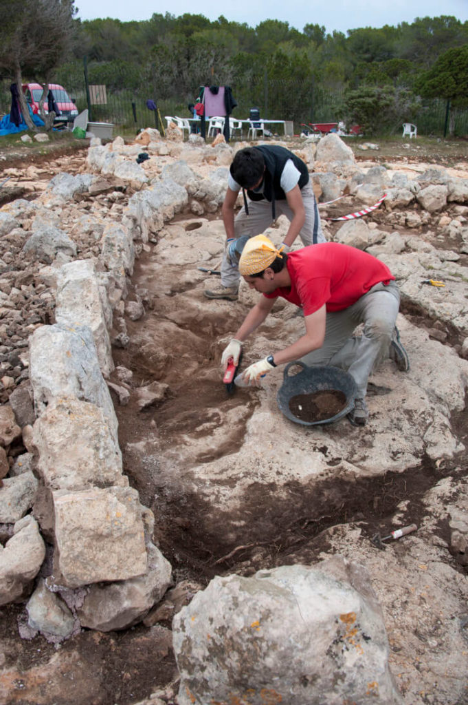 Daniel Pérez and Javier Martín excavating a hut