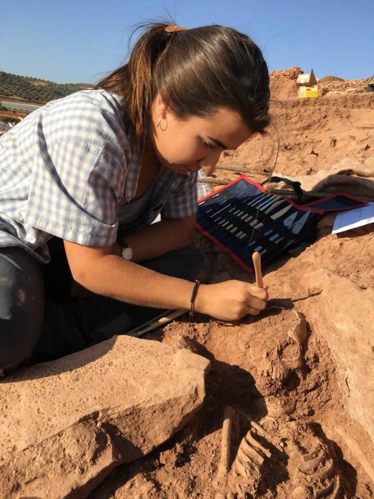 Uxue Pérez-Arzak excavating human remains
