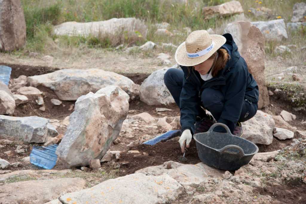 María Camps excavating