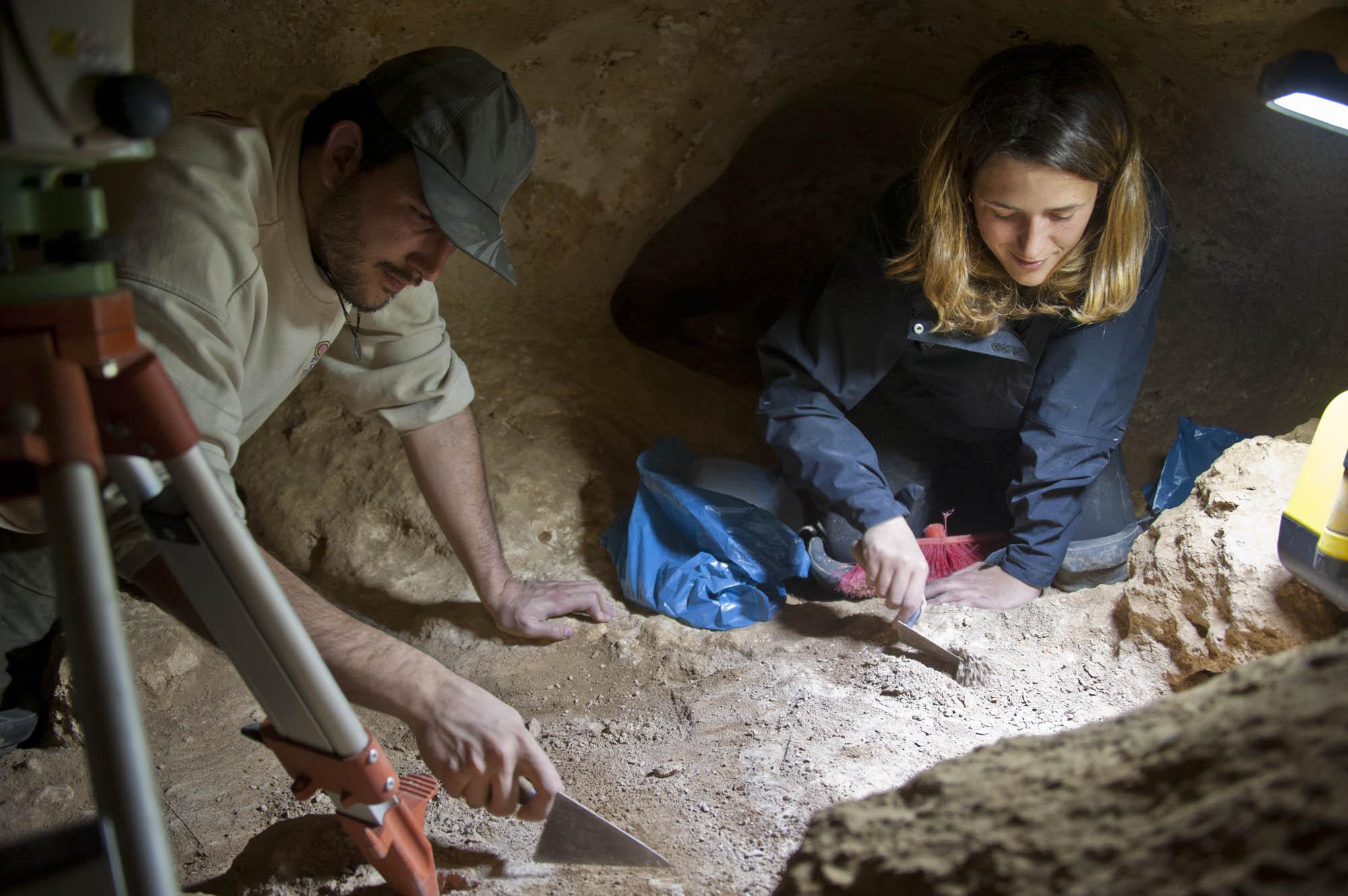 Fernando Ruiz and María Camps excavating in a cave